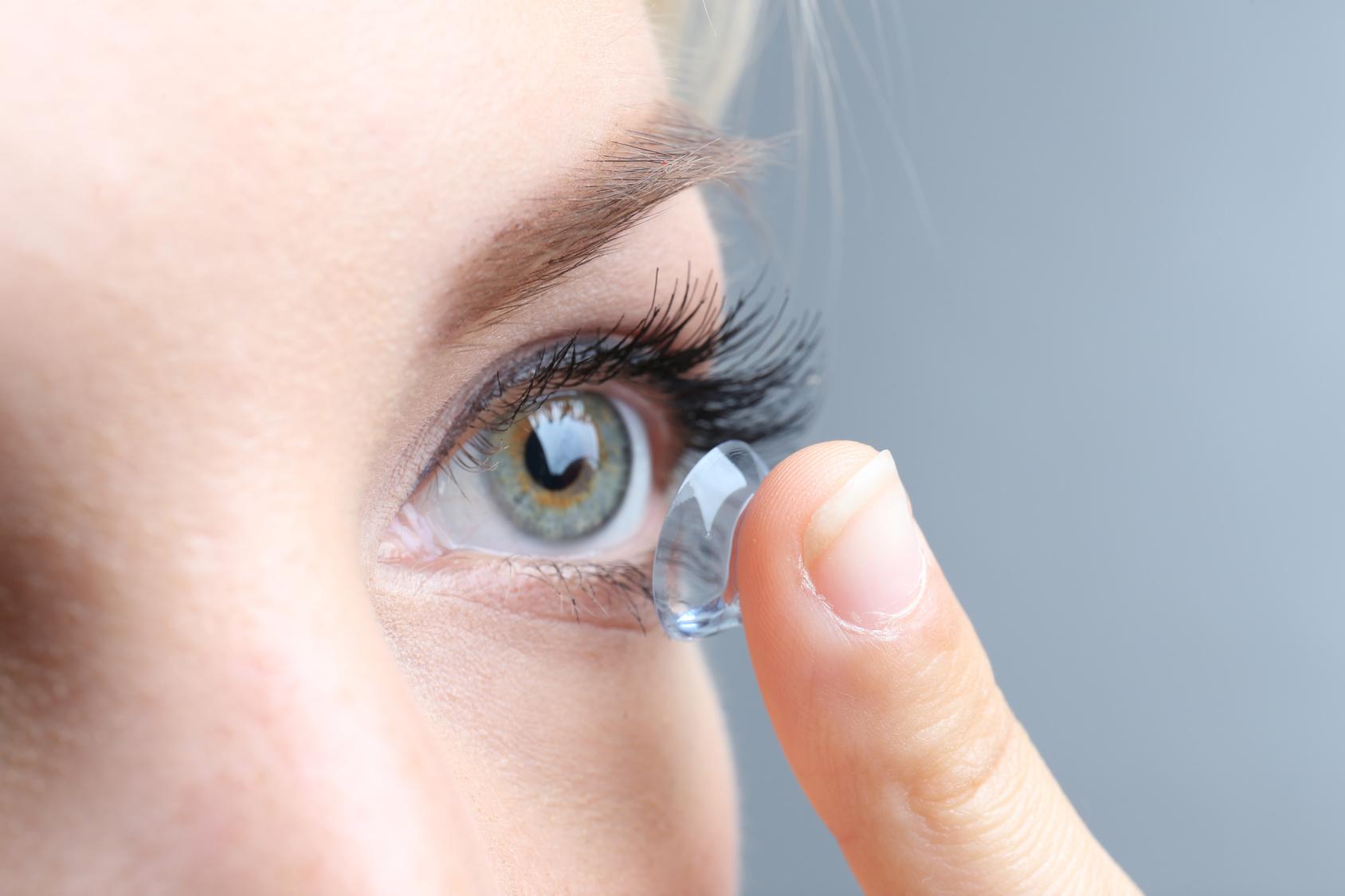 kontaktlinsen tragen